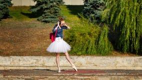 Ballerina hipster που χορεύει στην οδό Στοκ εικόνες με δικαίωμα ελεύθερης χρήσης