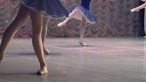 Ballerina i blått på teatern stock video