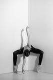Ballerina i den svarta dräkten som poserar på pointeskor, studiobakgrund Royaltyfria Bilder
