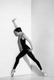 Ballerina i den svarta dräkten som poserar på pointeskor, studiobakgrund Royaltyfria Foton