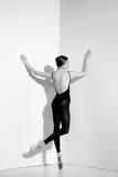 Ballerina i den svarta dräkten som poserar på pointeskor, studiobakgrund Royaltyfri Fotografi