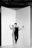 Ballerina i den svarta dräkten som poserar på pointeskor, studiobakgrund Arkivfoton