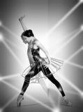 Ballerina i den svarta dräkten som poserar på pointeskor, studiobakgrund Royaltyfri Foto