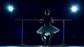 Ballerina i den vita ballerinakjolen gör dig att luta framåtriktat stock video