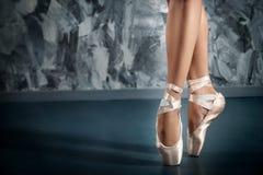 Ballerina i pointeskor Balett som poserar, kapacitet royaltyfria foton