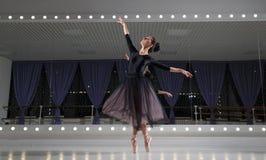 Ballerina i utbildande korridor arkivbild