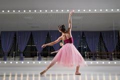 Ballerina i utbildande korridor arkivfoton