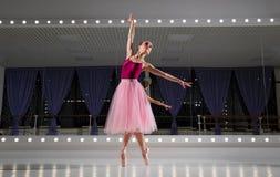Ballerina i utbildande korridor royaltyfria foton