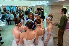 Ballerina i vit kläder som dessförinnan diskuterar deras show royaltyfri foto