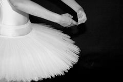 Ballerina im Ballettröckchen mit schwarzem Hintergrund lizenzfreies stockbild