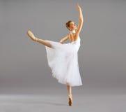 Ballerina im klassischen Tanz der Balletthaltung stockfoto