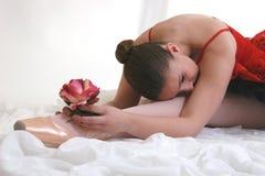 Ballerina im roten Ballettröckchen mit Rose Stockbild