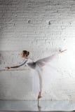Ballerina im Weiß Stockfoto