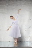 Ballerina im Weiß Stockbild