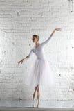 Ballerina im Weiß Stockfotografie