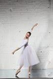 Ballerina im Weiß Lizenzfreie Stockbilder