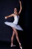 Ballerina im weißen Ballettröckchen Lizenzfreie Stockbilder