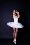 Ballerina im weißen Ballettröckchen Stockfotografie