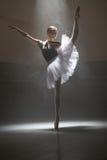 Ballerina im weißen Ballettröckchen Stockbilder