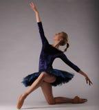 Ballerina incredibilmente bella in attrezzatura blu che posa arte di balletto classico Fotografie Stock Libere da Diritti
