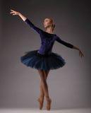 Ballerina incredibilmente bella in attrezzatura blu che posa e che balla Immagini Stock
