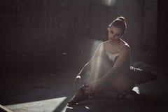 Ballerina klär pointeskor Arkivbilder