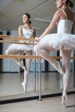 Ballerina in klasse royalty-vrije stock foto's