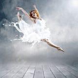Ballerina in kleding van melk Stock Afbeeldingen