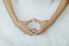 Ballerina& x27; mãos de s como uma forma dura imagem de stock