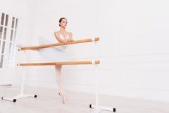 Ballerina maestosa che fa allungando gli esercizi Fotografie Stock