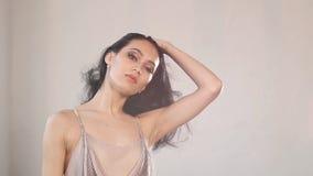 Ballerina med en perfekt kropp och en romantisk fisknätklänning dansar i studion, ultrarapid arkivfilmer