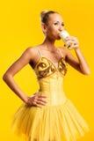 Ballerina med exponeringsglas av mjölkar Arkivbild