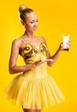 Ballerina med exponeringsglas av mjölkar eller yoghurt Royaltyfri Bild