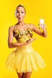 Ballerina med exponeringsglas av mjölkar eller yoghurt Royaltyfria Foton