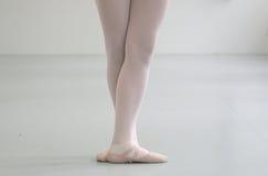 Ballerina met gekruiste feets status Stock Afbeeldingen