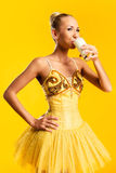 Ballerina met glas melk Stock Fotografie