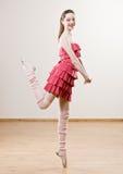 Ballerina in met stroken kleding en beenwarmers Stock Afbeelding