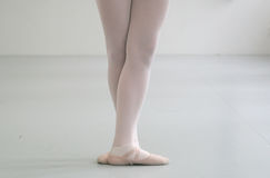 Ballerina mit der gekreuzten feets Stellung Stockbilder