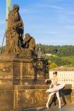 Ballerina op Charles Bridge in Praag, Tsjechische Republiek 08 08 2017 royalty-vrije stock afbeelding