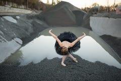 Ballerina op grint stock foto's