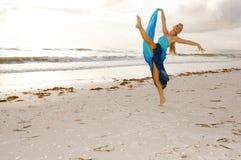 Ballerina op strand Royalty-vrije Stock Foto's