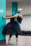 Ballerina på pointe ser upp i gångtunnelen Fotografering för Bildbyråer