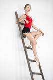Ballerina på stege i studio royaltyfri bild