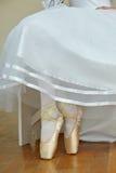 Ballerina& x27; pés de s com sapatas de bailado foto de stock royalty free