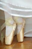 Ballerina& x27; pés de s com sapatas de bailado fotografia de stock royalty free