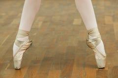Ballerina& x27; pés de s com sapatas de bailado fotos de stock