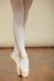Ballerina& x27; pés de s no pointe foto de stock