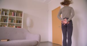Ballerina professionista graziosa che balla tenero ed espressivo alla luce ed alla stanza accogliente video d archivio