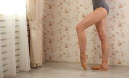 Ballerina professionista irriconoscibile alla luce del sole nell'interno domestico Concetto di balletto Immagine Stock Libera da Diritti