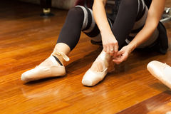 Ballerina puts on pointes Royalty Free Stock Images
